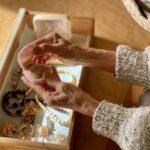 宝石を手にする老女の手