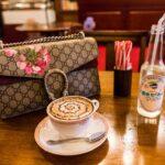 ブランドバッグとカフェラテ